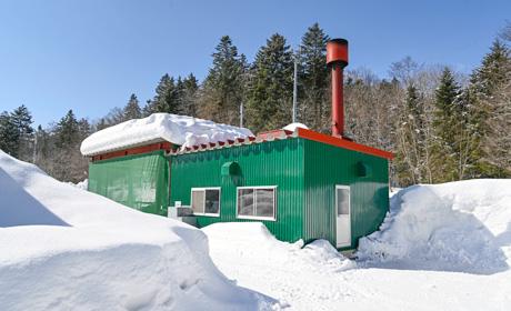 写真:薪ボイラー小屋