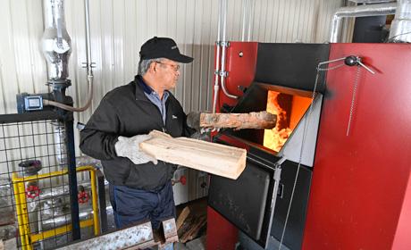 写真:薪の投入